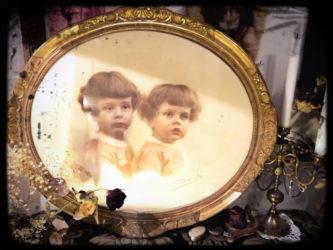 Cadre deux fillettes